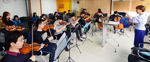 푸르메오케스트라 단원들이 19일 오후 열린 서울 종로구의 장애인의 날 행사 초청공연을 앞두고 합주 연습을 하고 있다. 맨 오른쪽은 오케스트라를 이끌고 있는 조명민 단장. 서상배 선임기자